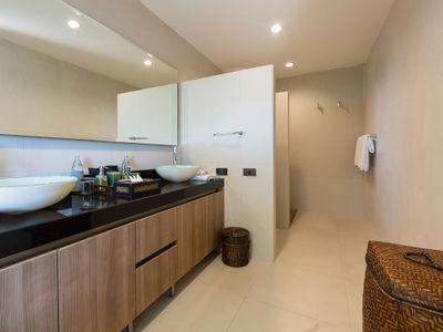 Villa Atulya - Bedroom one ensuite bathroom details