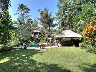 Villa Alamanda - Lawn and pool