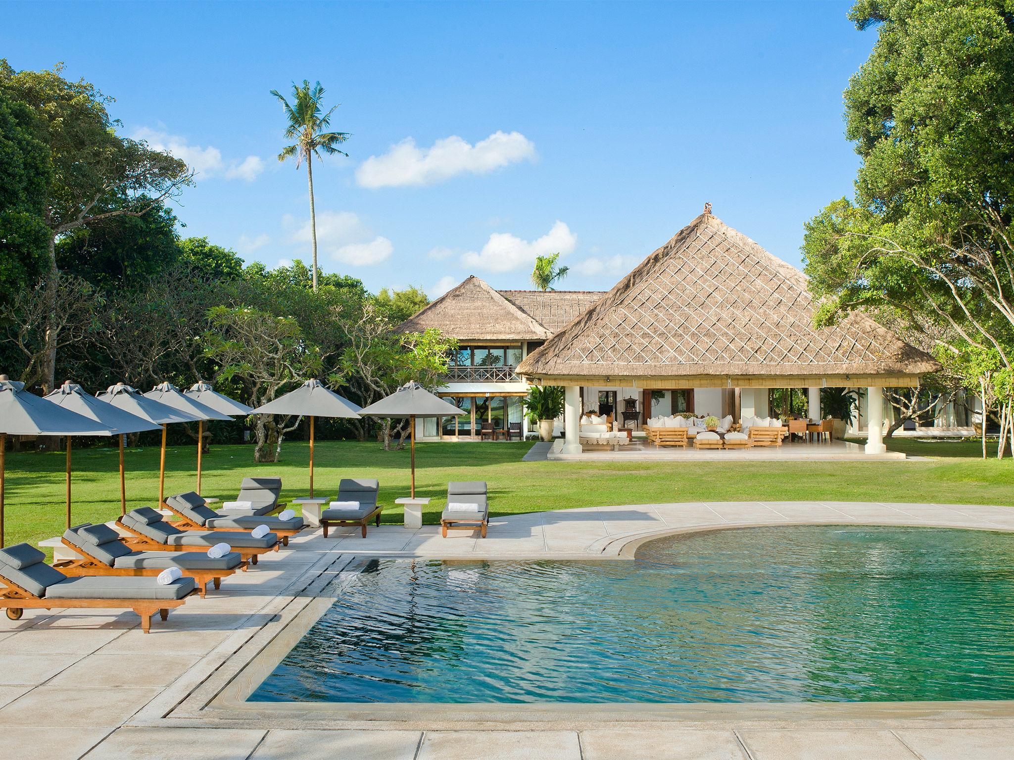 Atas Ombak - Pool and house
