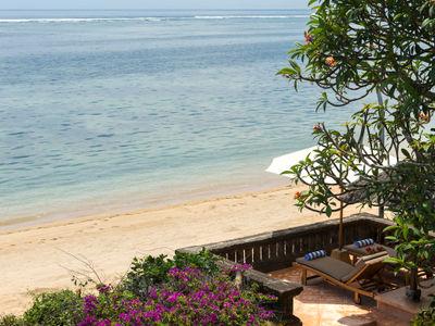 Villa Batujimbar - Private raised beachside sun loungers