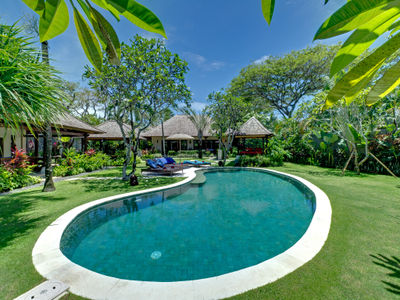 2. Villa Kakatua - Midday by the pool