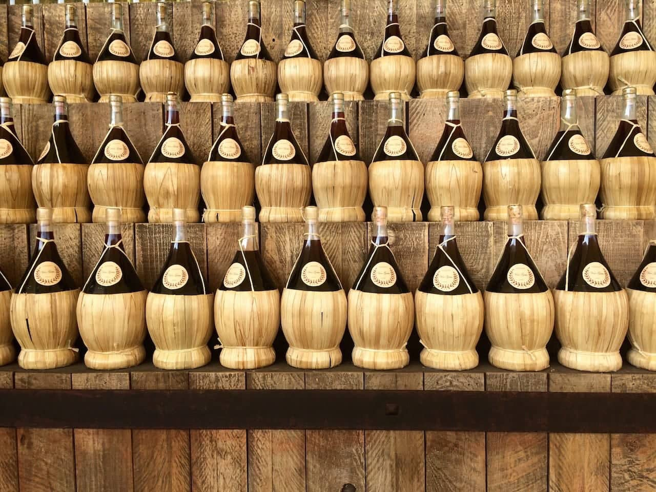 Fiaschi di vino impagliati alla maniera del Chianti