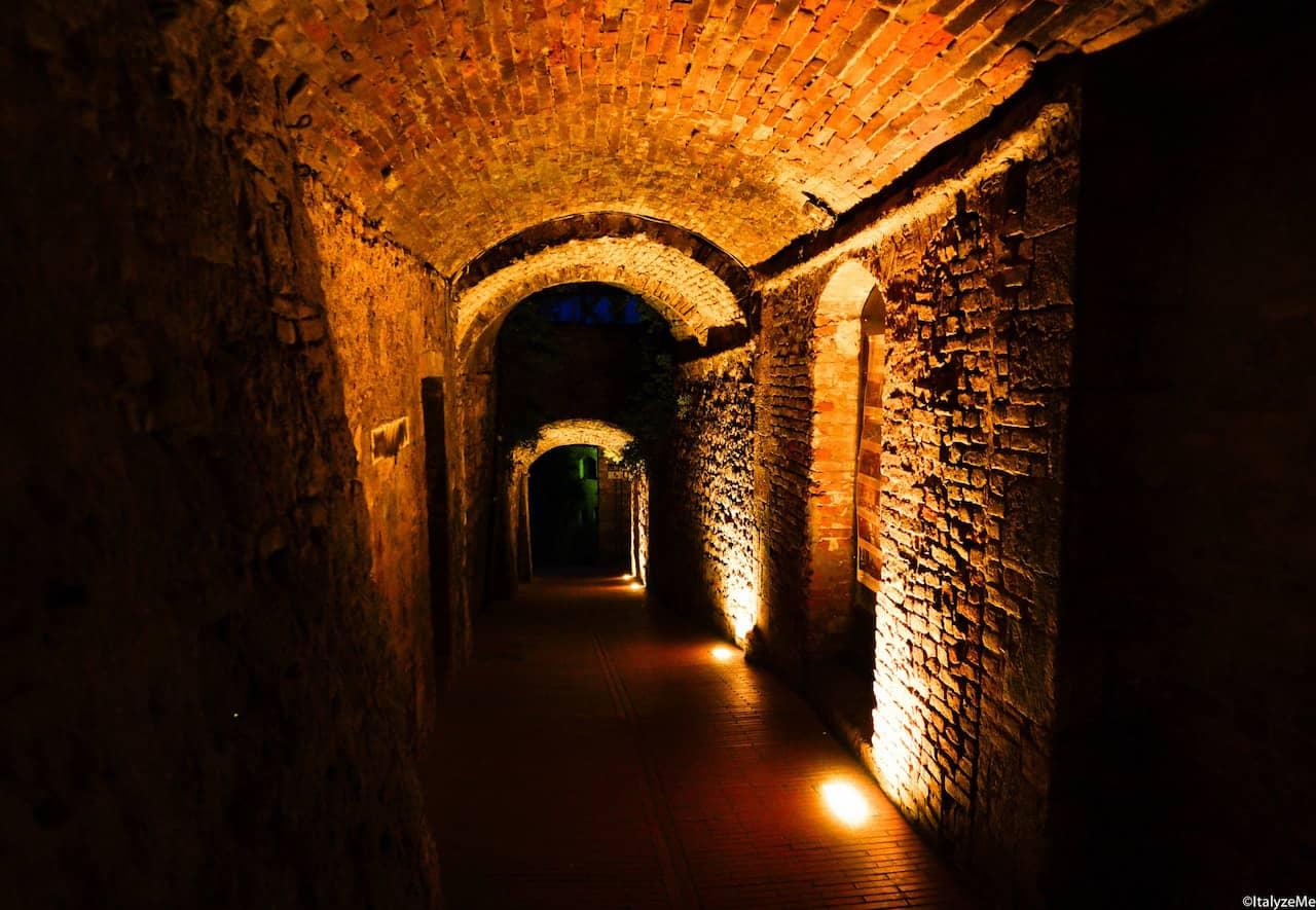 Vicoli illuminati in una notturna e suggestiva San Gimignano