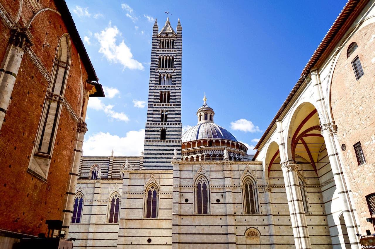 """Il Duomo di Siena visto dall'esterno, dalla prospettiva offerta varcando il """"Facciatone"""""""