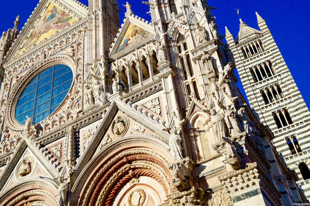 Una prospettiva della facciata e del campanile del Duomo di Siena