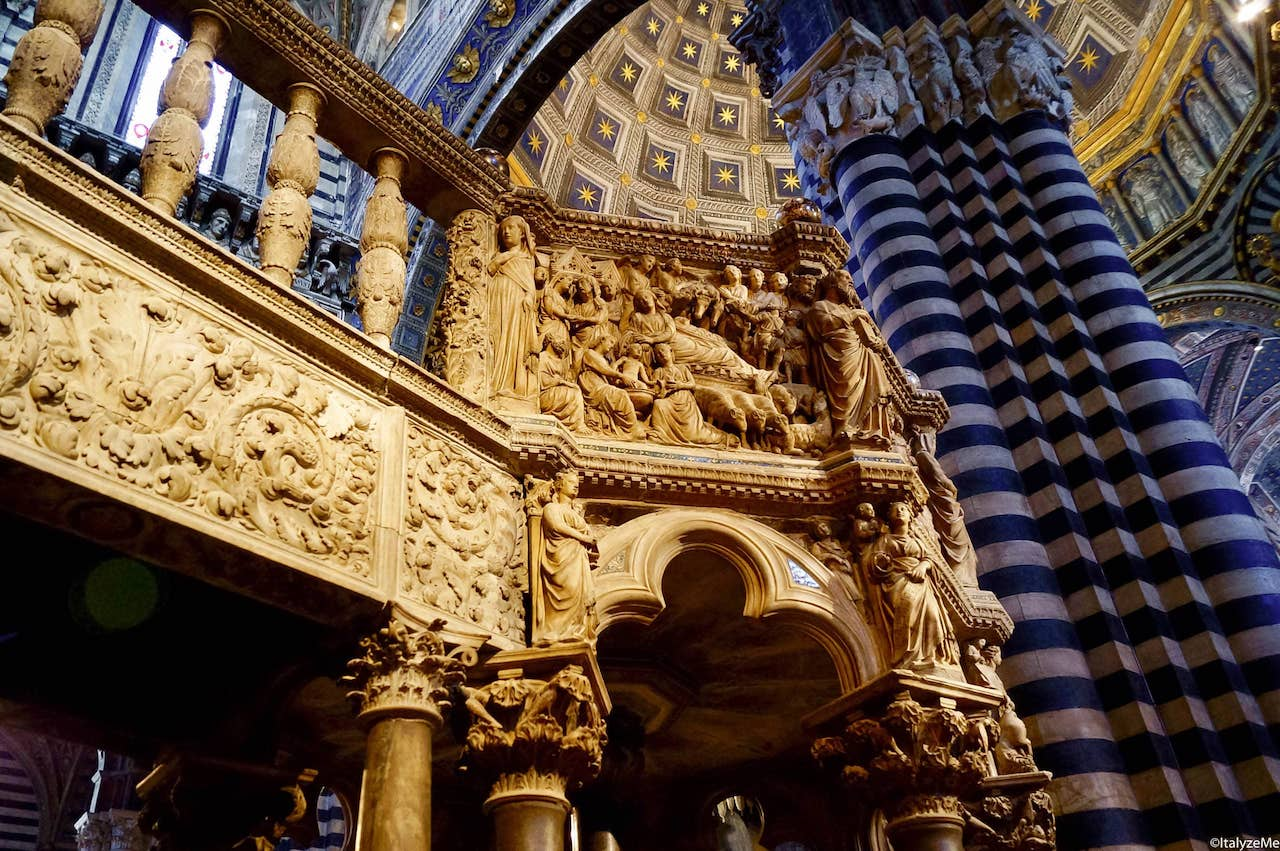 Il pulpito scolpito da Nicola Pisano all'interno del Duomo di Siena