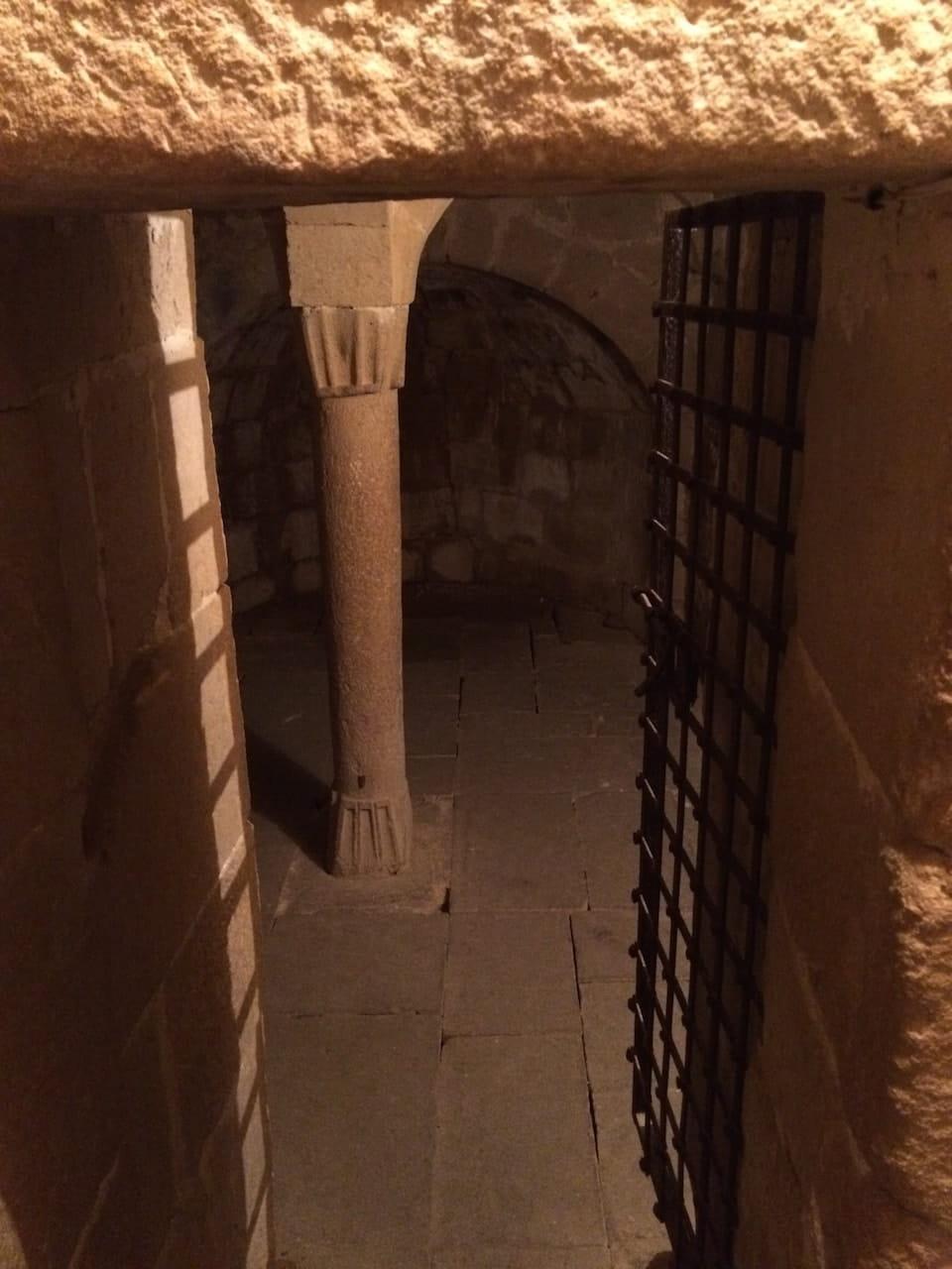 Pieve di Corsignano, la colonna nella Cripta