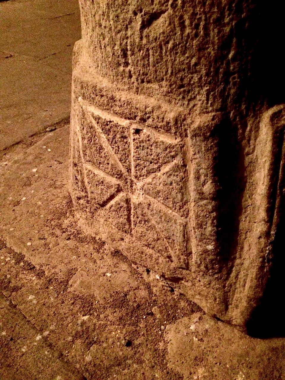 Pieve di Corsignano, Omphalos alla base della colonna nella Cripta
