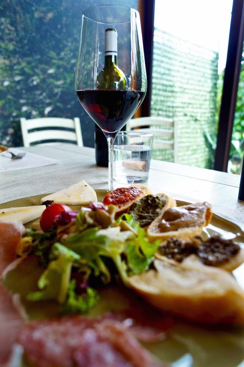 Degustazione di piatti a base di tartufo e vino rosso toscano