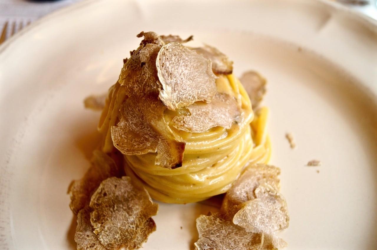 Linguine con fonduta e lamelle di tartufo bianco fresco