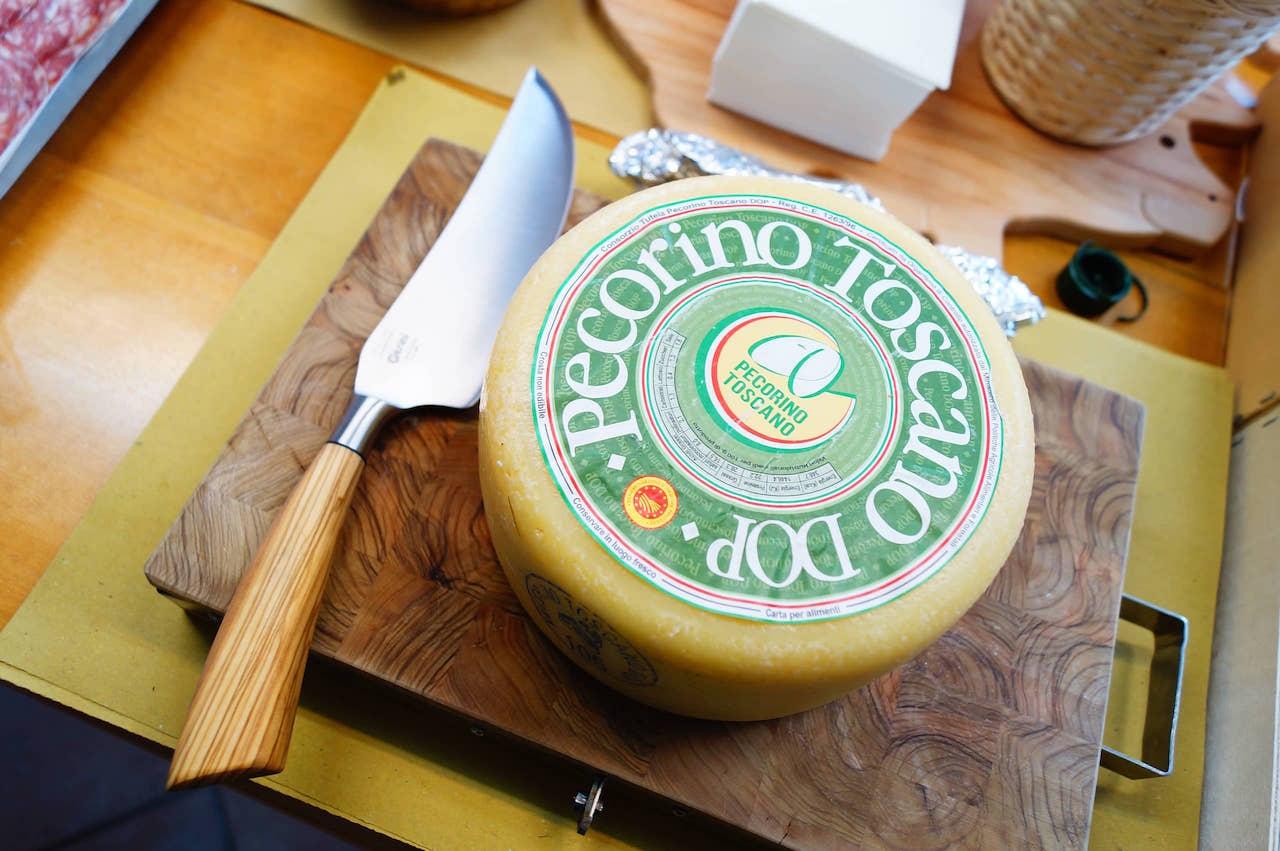 Una forma di pecorino toscano DOP, certificata con marchio dal Consorzio