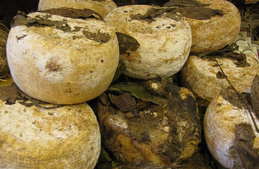 Pienza, Pecorino stagionato sotto foglie di noce