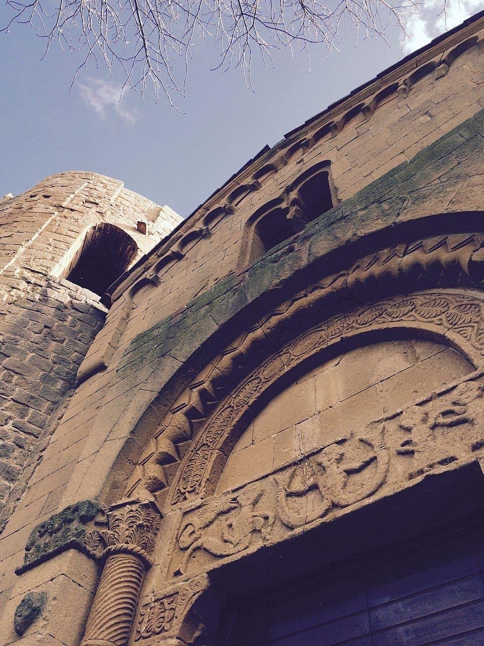 Pieve di Corsignano, Figure mostruose