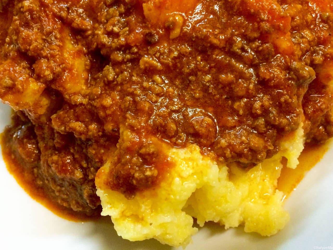 """La polenta, tipico piatto povero e spesso consumata """"in bianco"""", solo oggi viene arricchita con ragù di carne"""