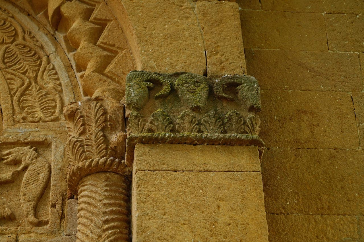 Dettaglio delle colonnette sul portone della Pieve di Corsignano