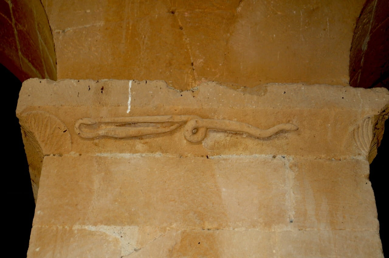 Pieve di Corsignano, un capitello con scolpito il Serpente Regolo