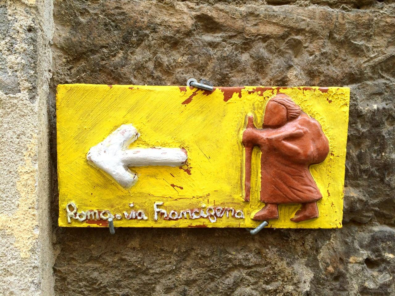 Maiolica raffigurante un pellegrino sulla via Francigena