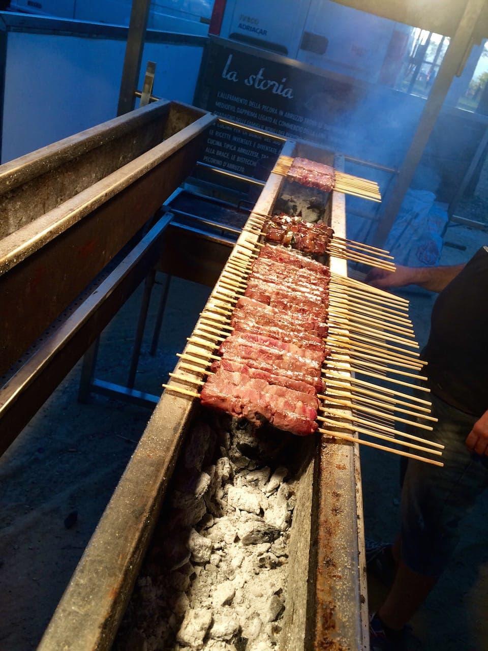 Arrosticini abruzzesi: tipici spiedini di carne di pecora arrostiti sulla griglia