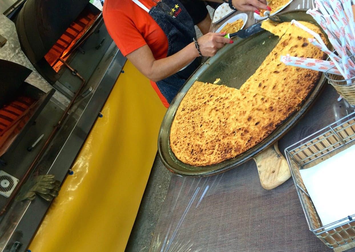 Un classico banchino che vende la Cecina calda per strada