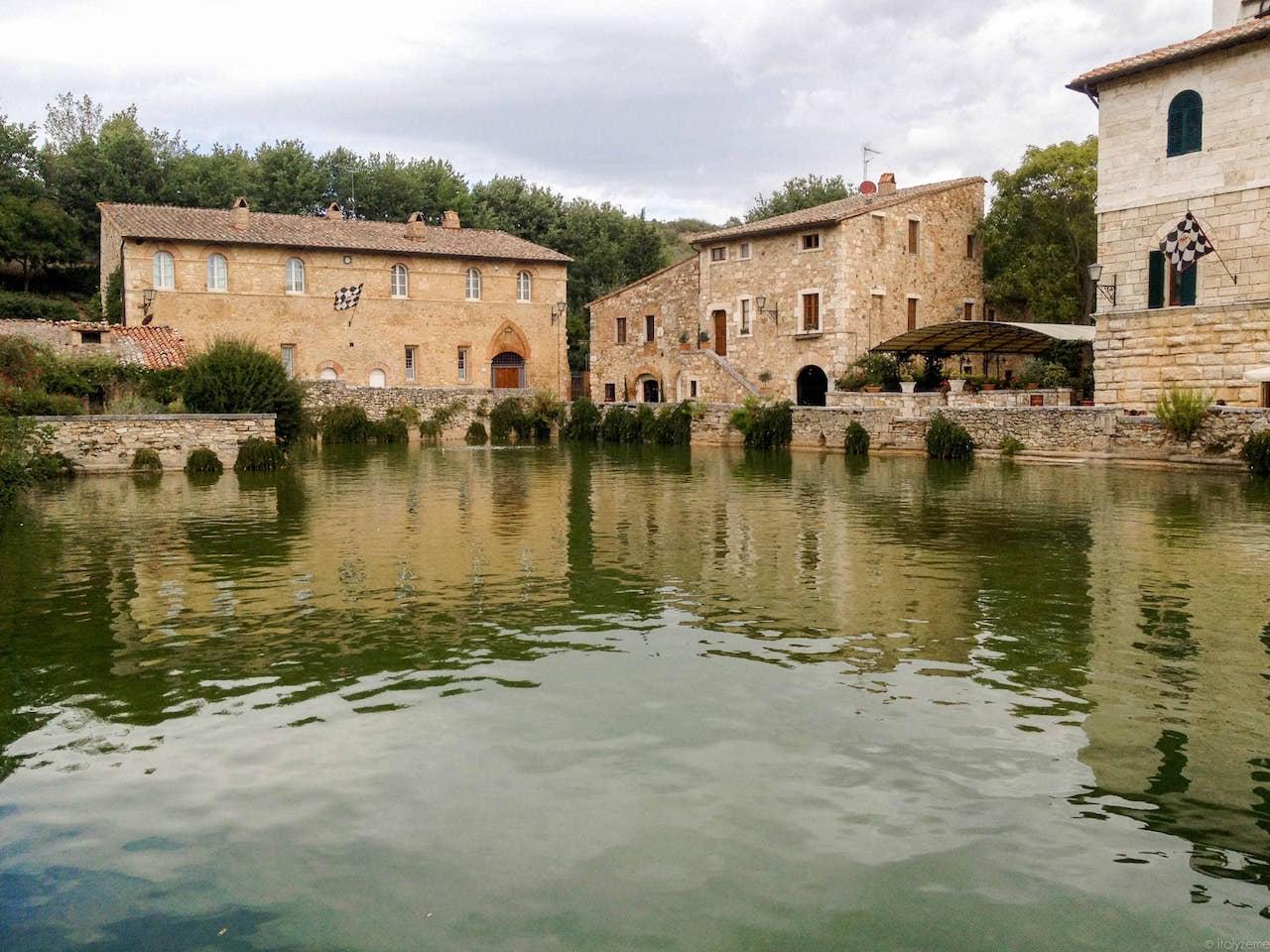 Il cuore del piccolo borgo di Bagno Vignoni non è una piazza ma una vasca rettangolare di acqua termale!