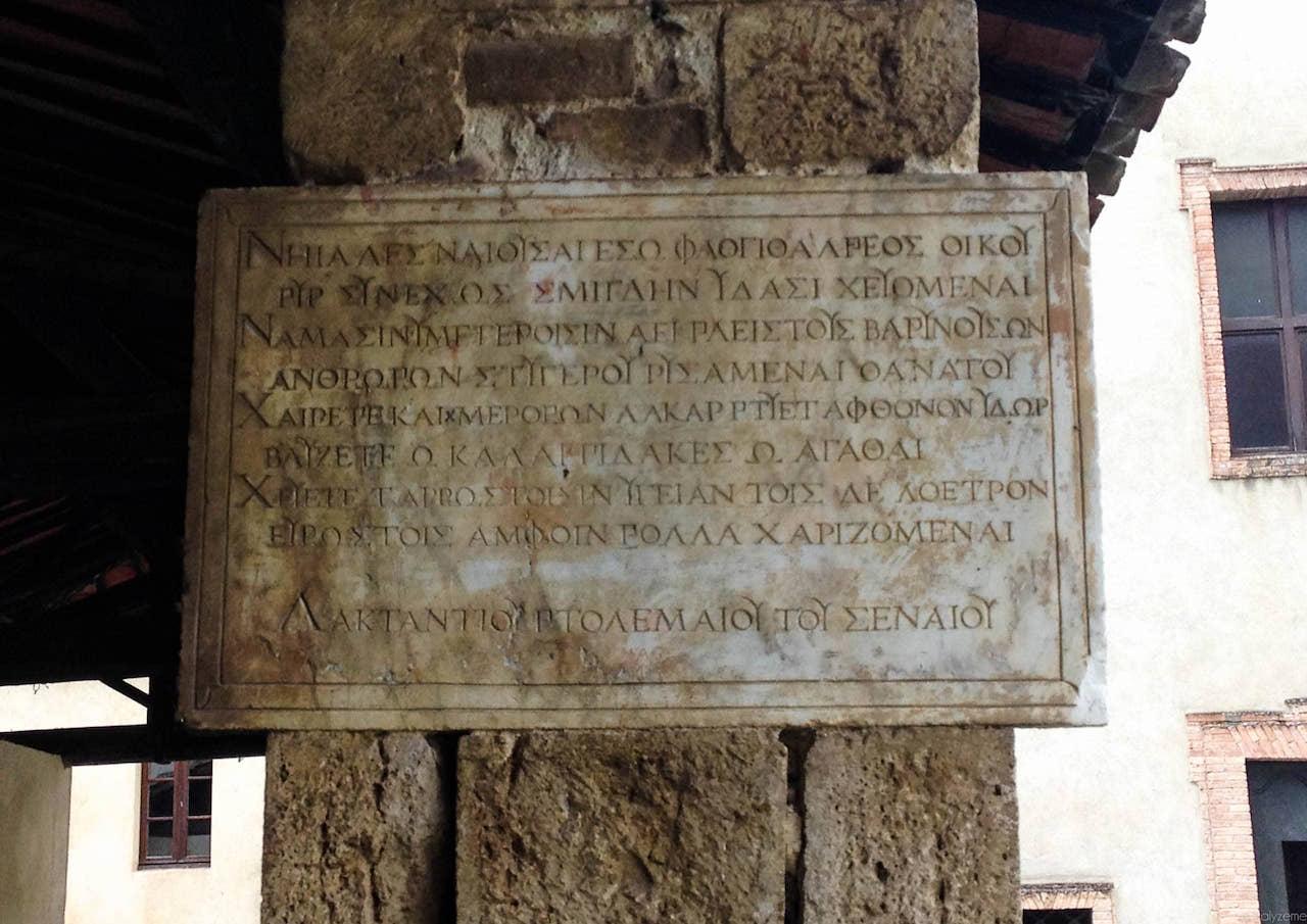 L'iscrizione in greco voluta da Lattanzio Tolomei in cui si consacrano le acque curative alle ninfe