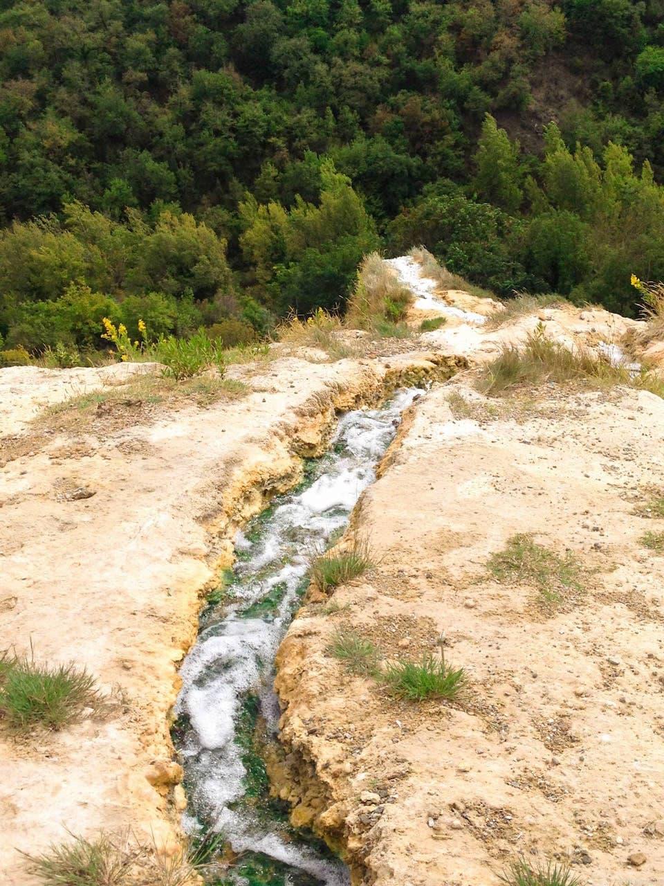 Il gorello che porta l'acqua che sgorga nella vasca centrale fino al sottostante fiume Orcia