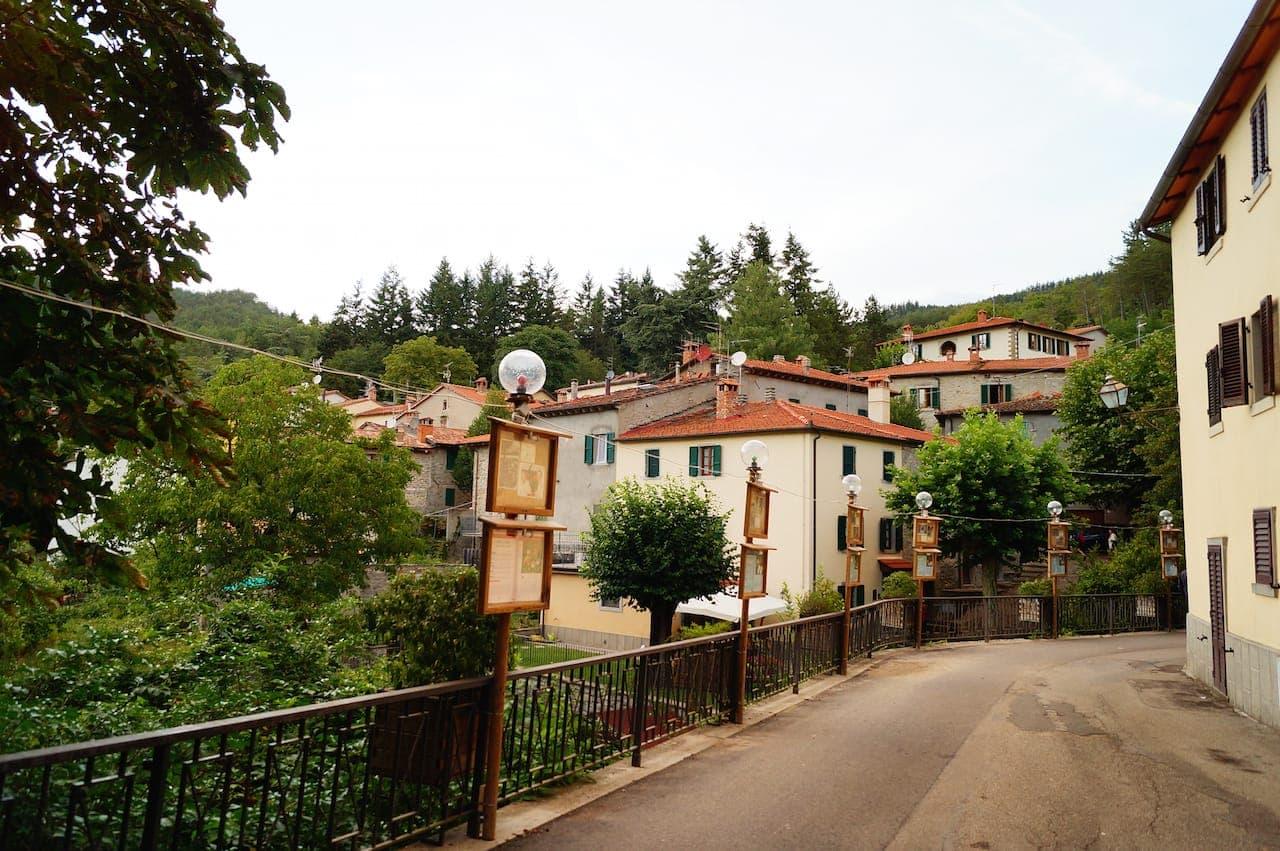 Il suggestivo paese di Moggiona in Casentino