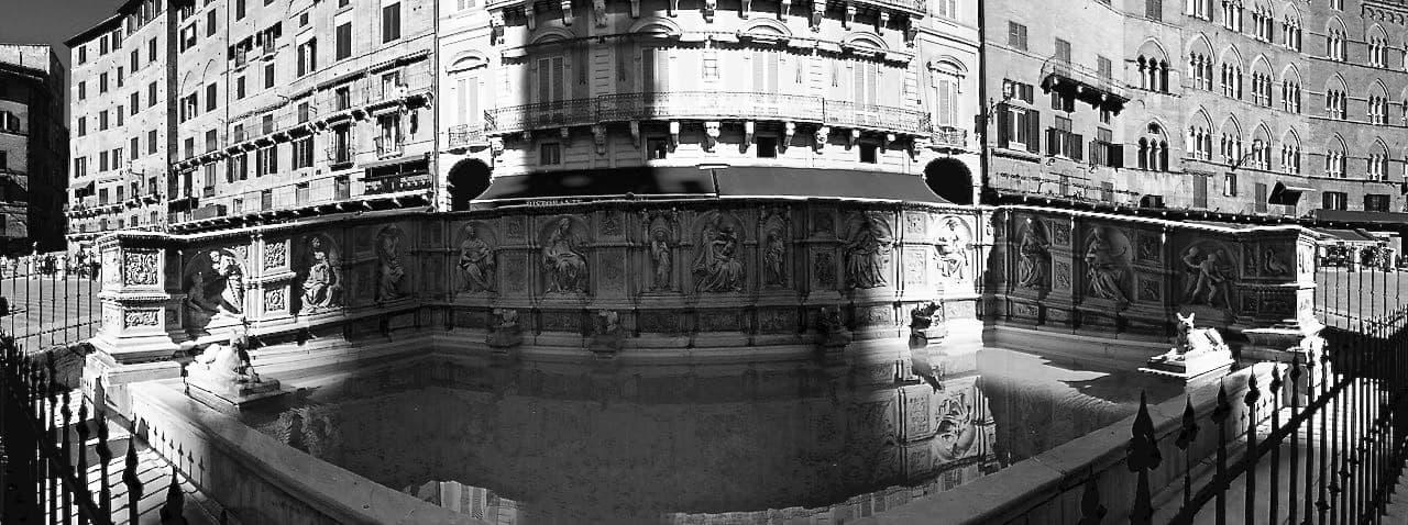 La suggestiva Fonte Gaia disegnata da Jacopo dalla Quercia in Piazza del Campo