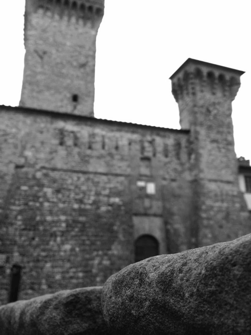 Il Cassero di Lucignano visto dalla scalinata che porta alla Collegiata