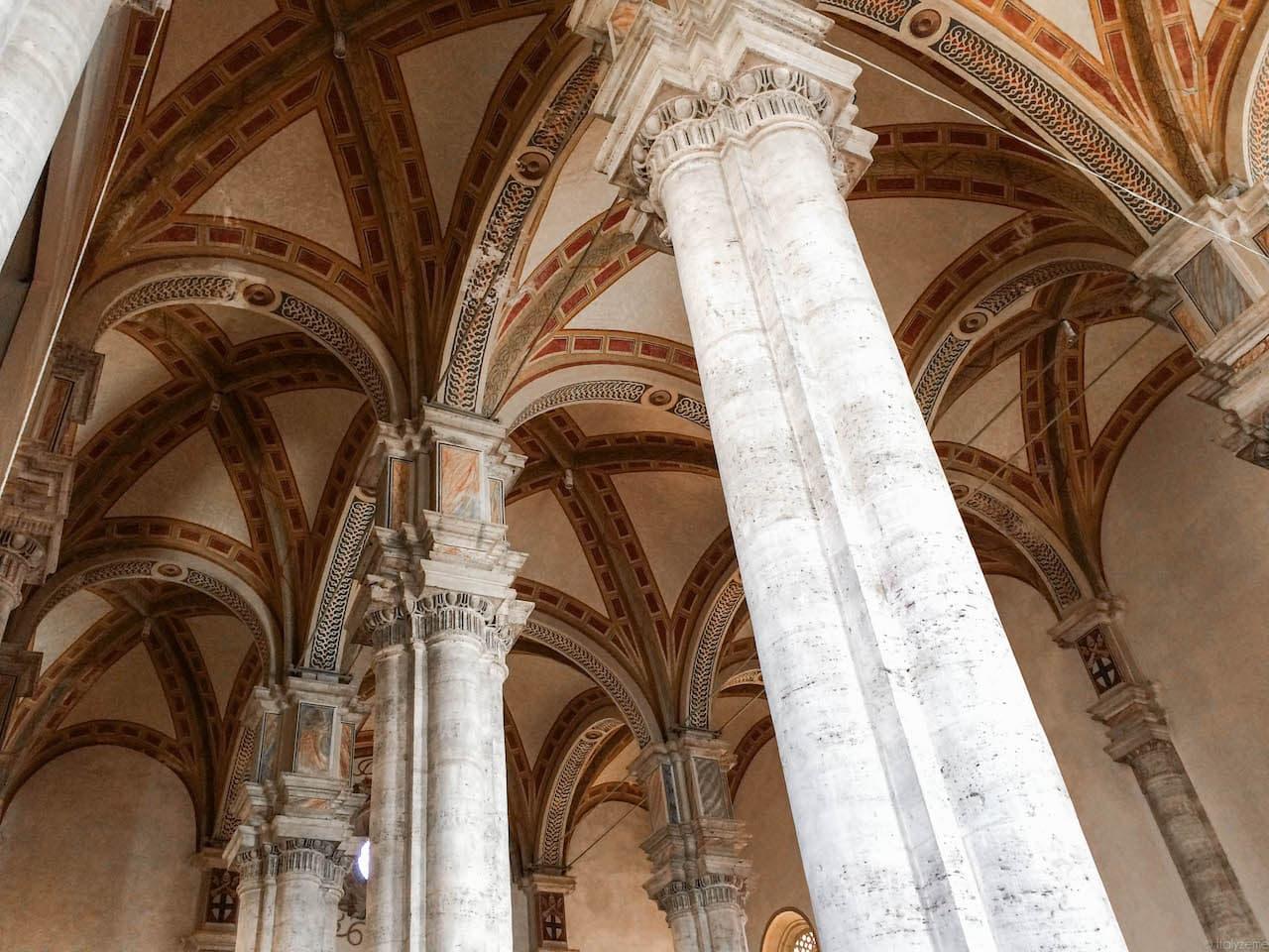 Osservando i capitelli della cattedrale si può notare come questi siano stati inusualmente rialzati durante la costruzione dell'edificio