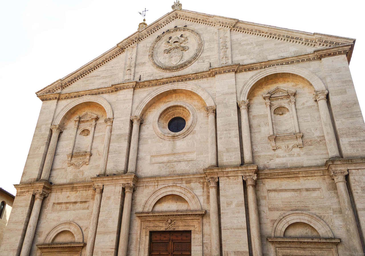 Duomo di Pienza, frontone