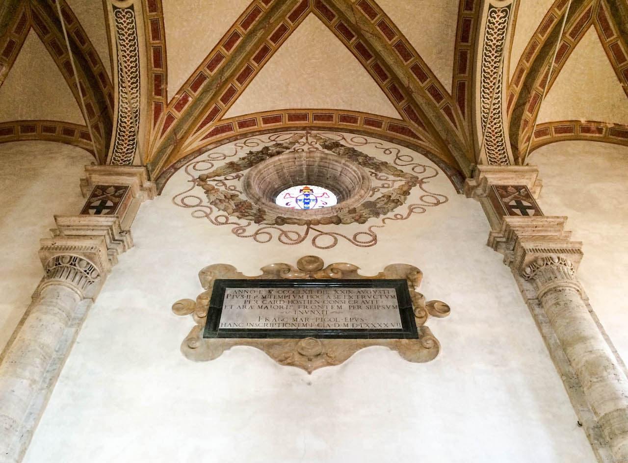 Interno della Cattedrale di Pienza: si notano l'oculus ed il rialzo operato sulle colonne