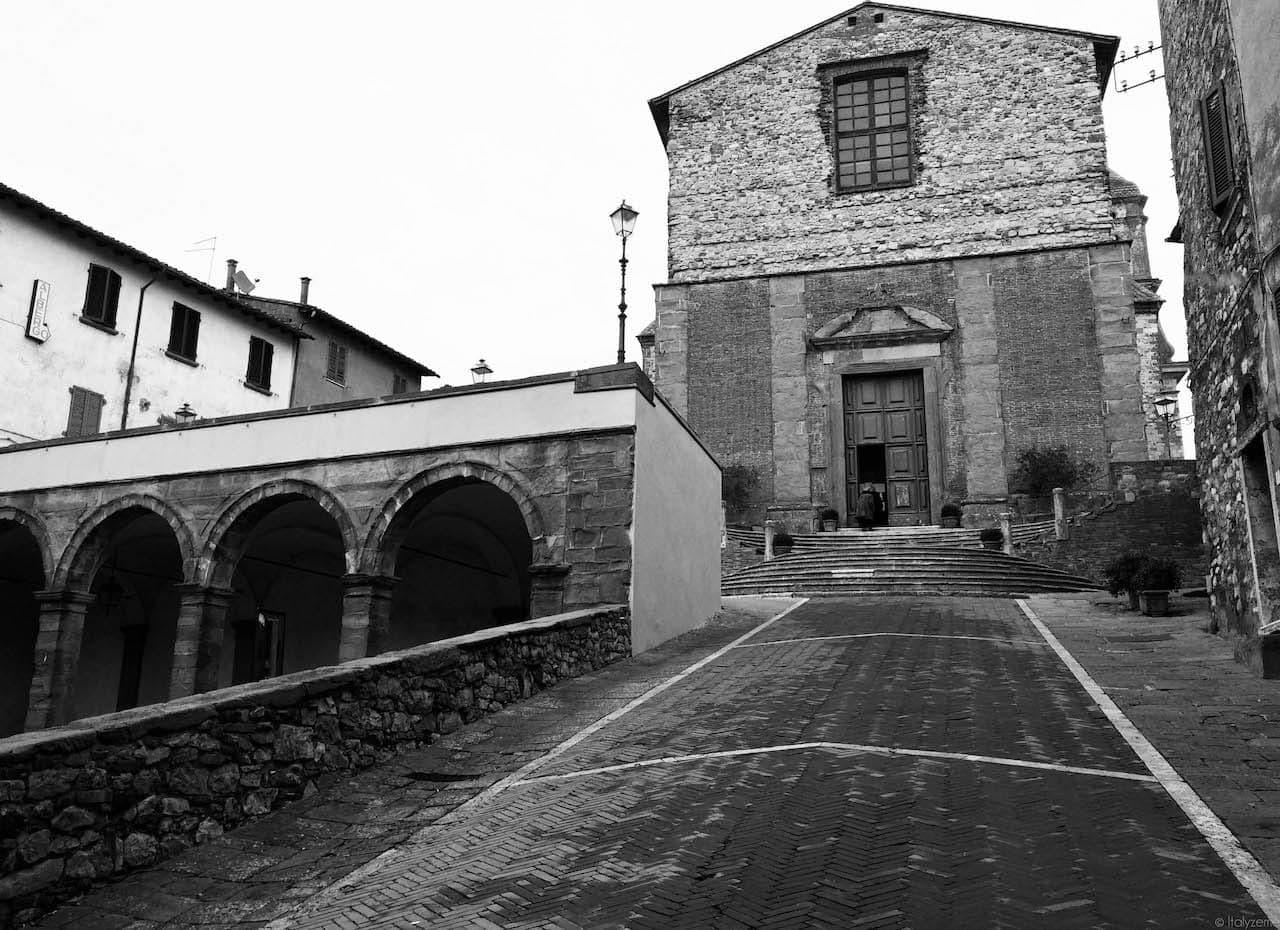 Le Logge e la salita che conduce alla Collegiata di Lucignano