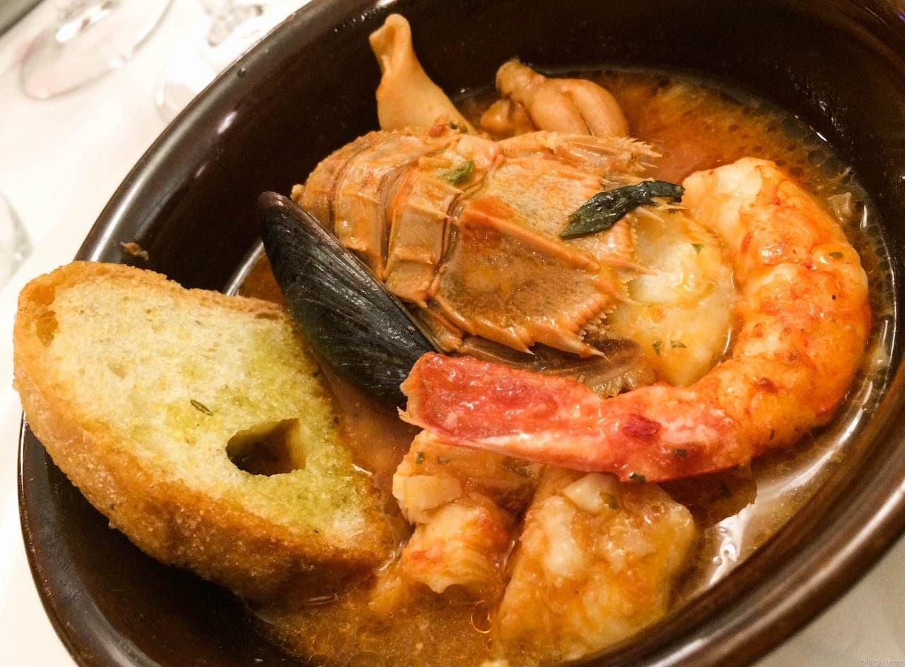 La zuppa di pesce al pomodoro può diventare un ottimo terreno di sperimentazione per la grappa!