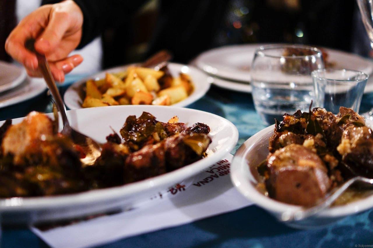 Potete servire il coniglio sia con un contorno leggero di insalata che con le più succulente patate arrosto