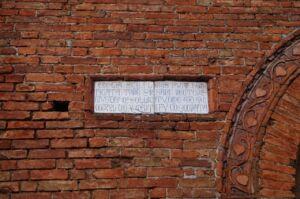Particolare della facciata della Chiesa dedicata a Santa Flora e Lucilla