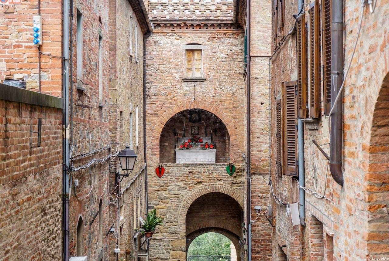 Porta a Pago, la più antica delle 4 porte del borgo, dov'era l'esattoria delle tasse per accedere alla città