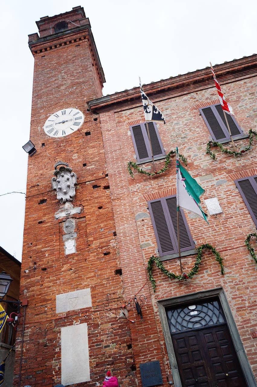 La torre con l'orologio del palazzo comunale