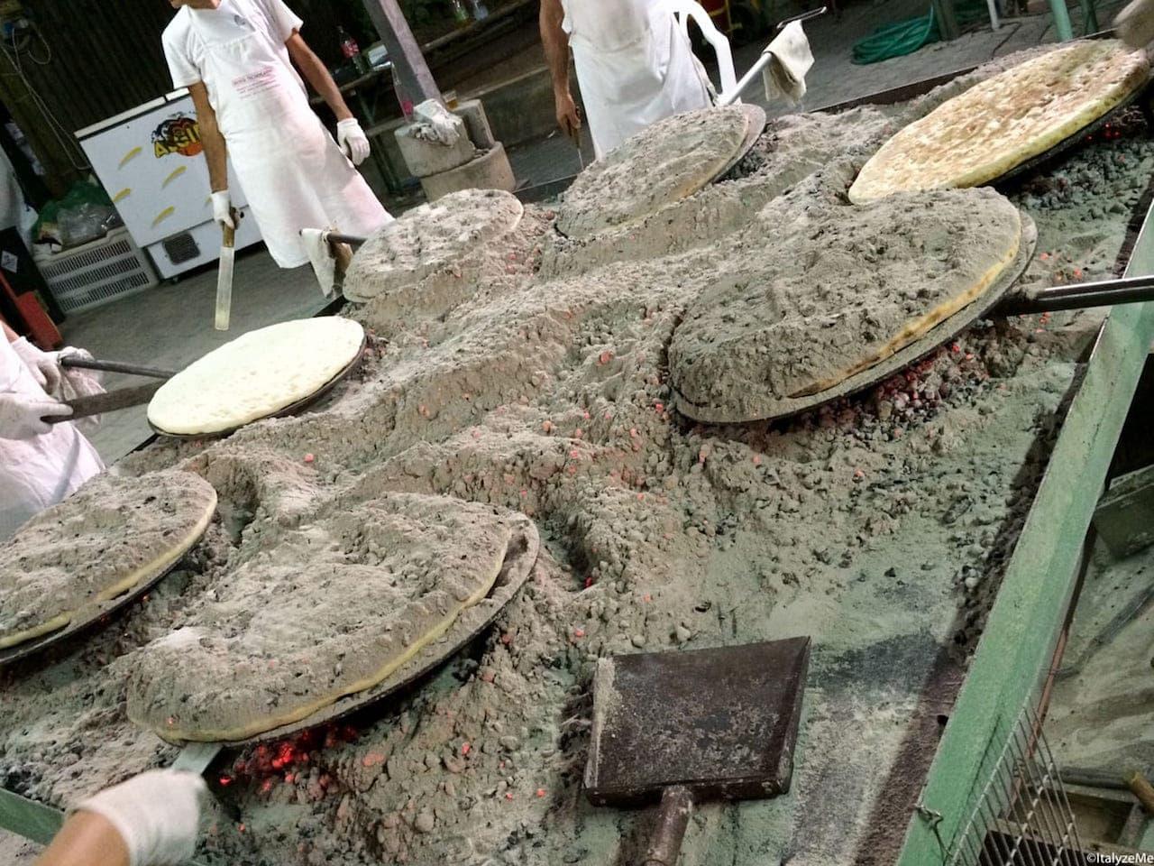 Bracieri pieni di cenere e braci dove viene cotta la Torta a Sant'Egidio