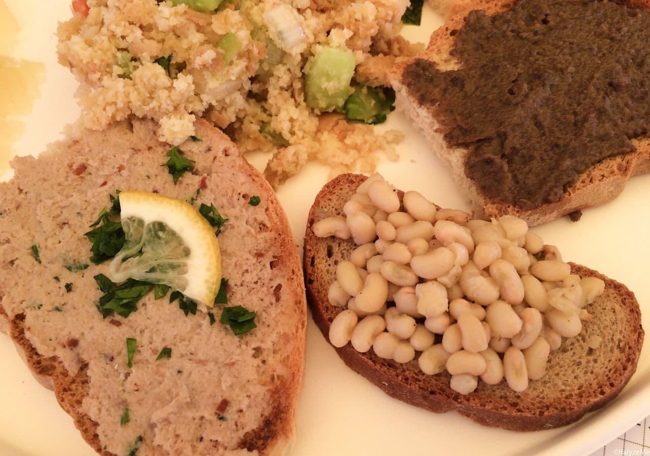 Alcune bruschette a base di prodotti tipici della zona, servite nell'antipastone assieme a salumi e formaggi
