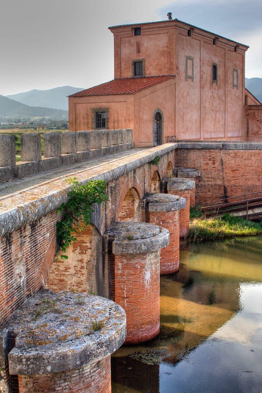 Casa rossa Ximenes, edificio e sistema di cateratte ideato da Leonardo Ximenes per permettere di controllare il flusso delle acque durante i lavori di bonifica della Maremma grossetana