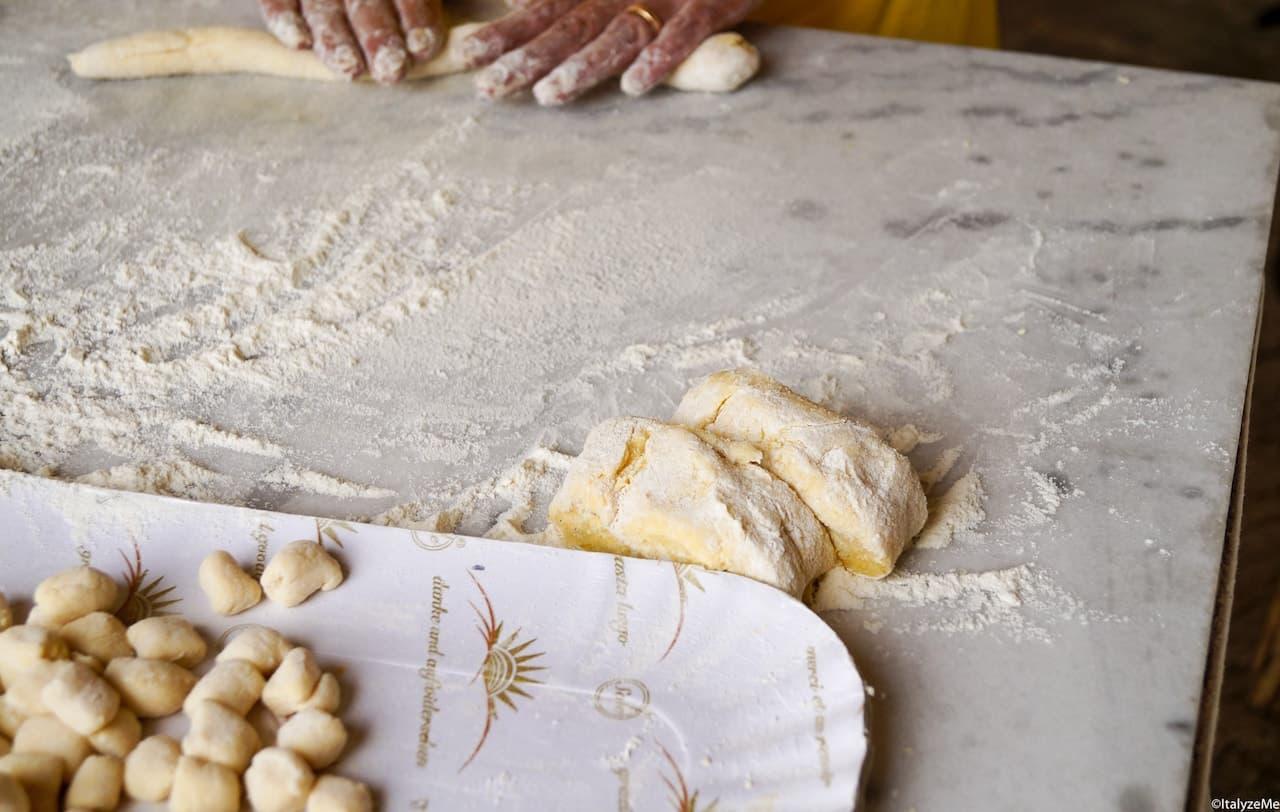"""Fondamentale nella preparazione dei topini sono le patate: preferitele """"vecchie"""" e di consistenza farinosa"""