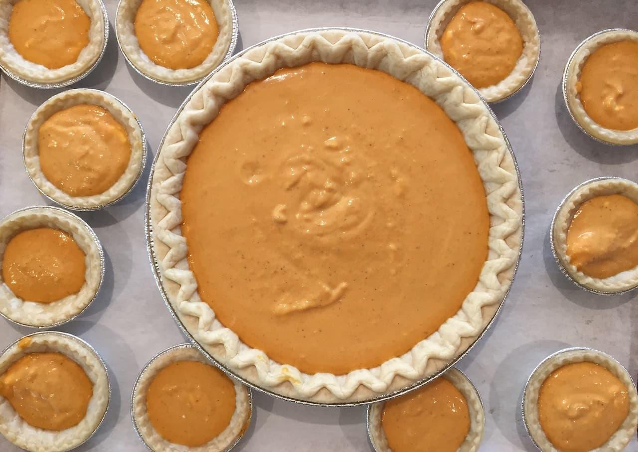 Con la zucca si possono realizzare sia piatti dolci, che salati. Questa è una classica torta di zucca dolce da cuocere in forno!