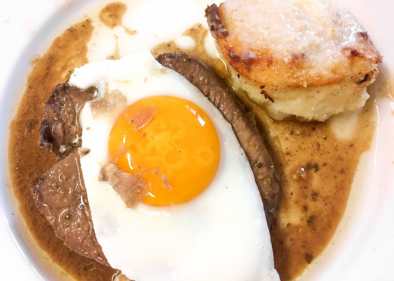 Medaglioni di Chianina in salsa di burro e pecorino con uovo fritto, tartufo e sformato di patate al tartufo