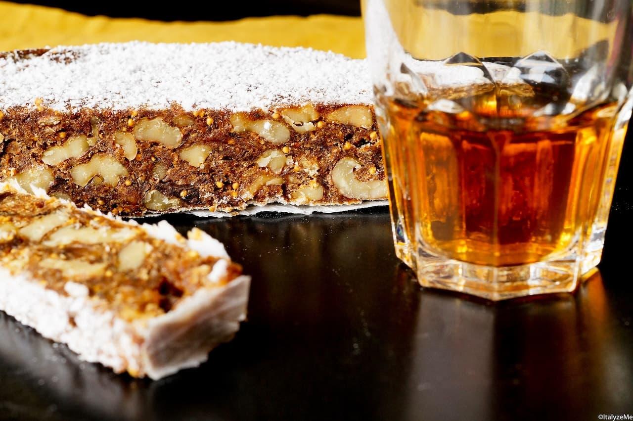 Un esempio di Panforte atipico: con fichi e noci. Un ottimo dolce tradizionale che però non fa parte della autentica tradizione senese