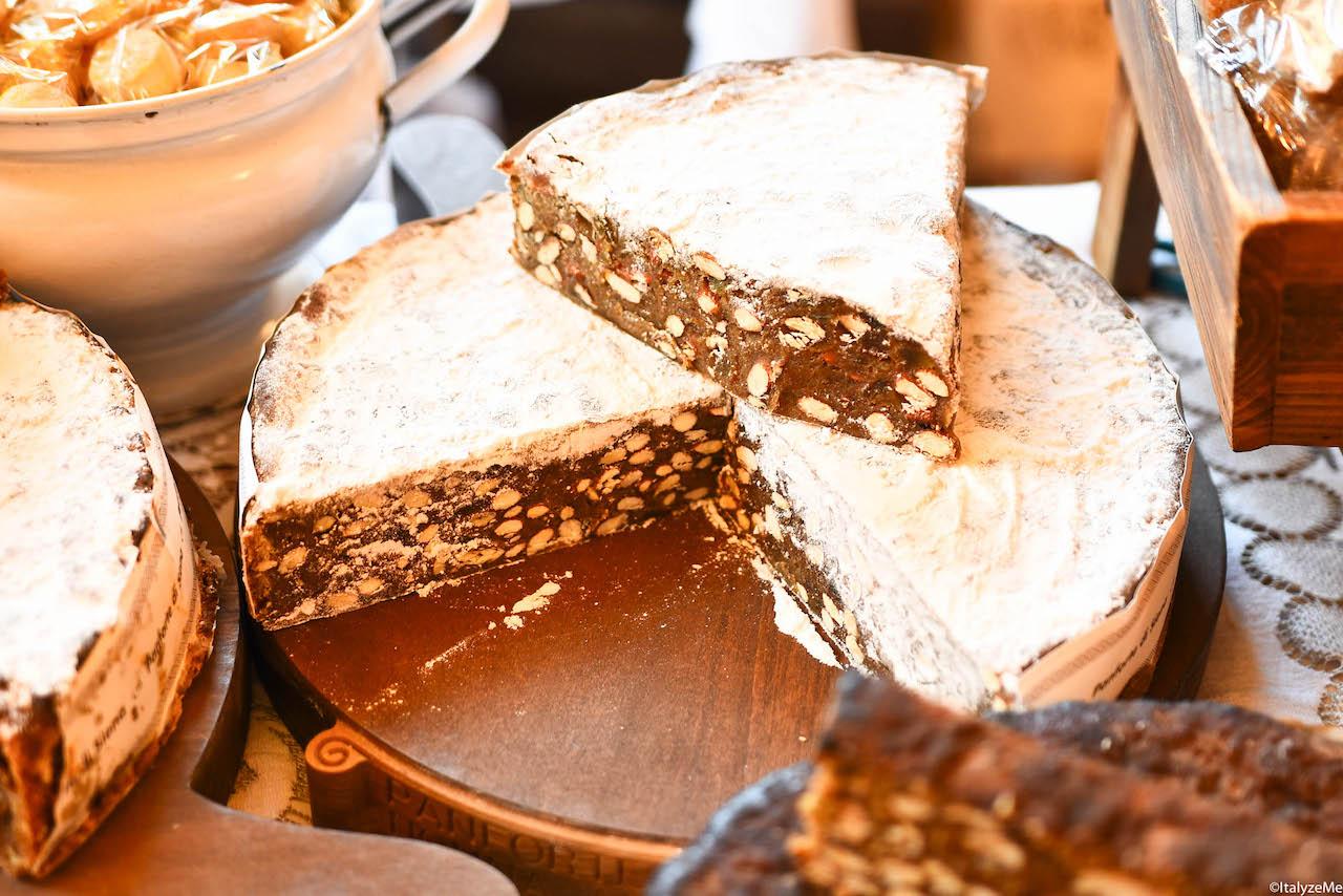 Il Panforte Margherita: versione raffinata dove si utilizzano cedro candito, zucchero a velo ed un minore quantitativo di spezie