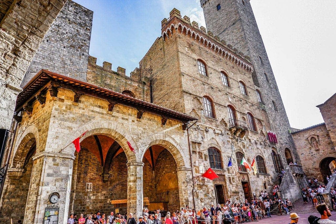 Piazza del Duomo sulla quale si affacciano la Collegiata ed il Palazzo comunale con le logge durante le Ferie delle Messi di San Gimignano