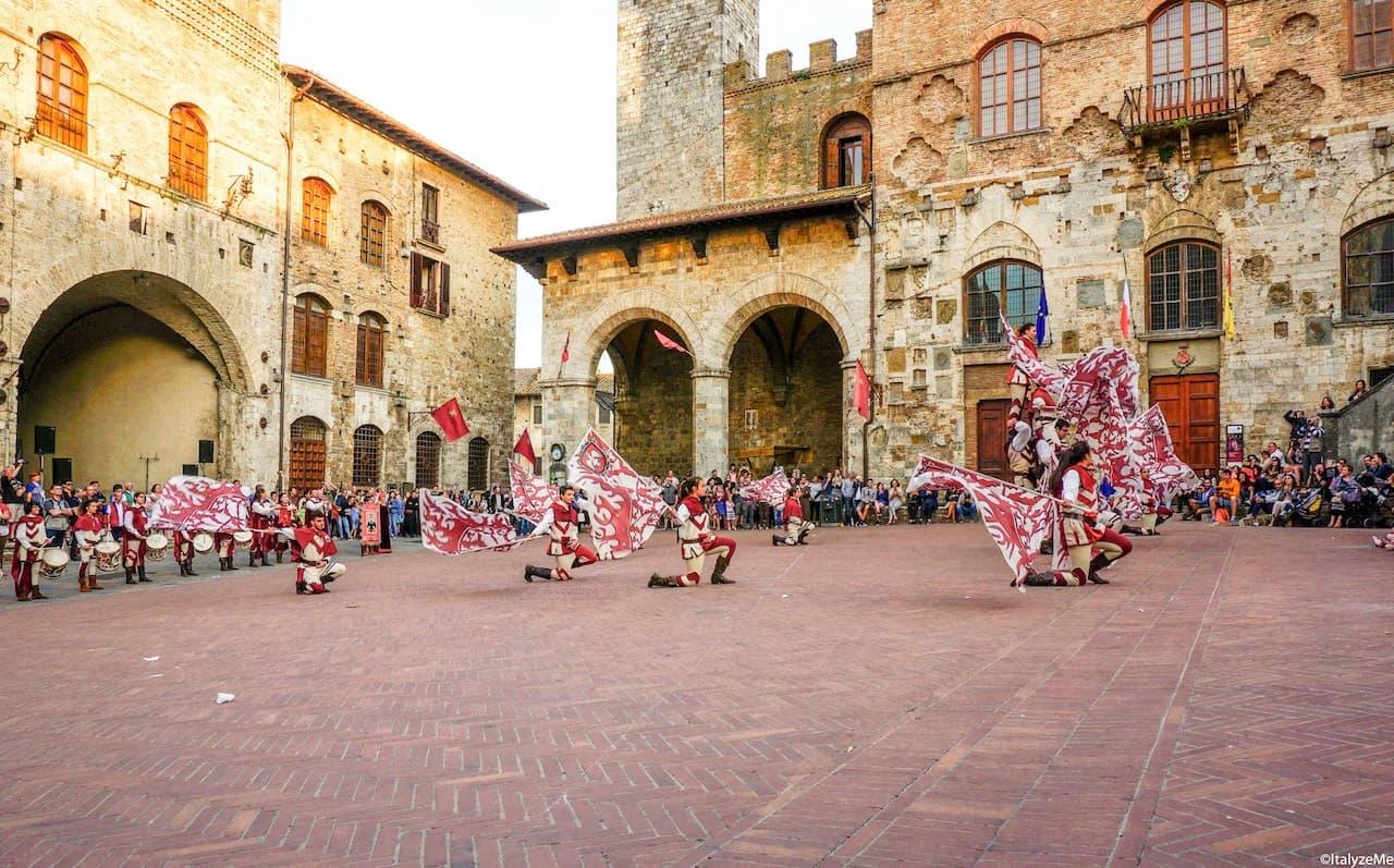 Lo spettacolo del gruppo degli sbandieratori dell'Aquila alle Ferie delle Messi a San Gimignano