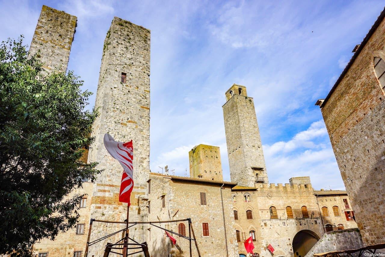 Le torri gemelle di San Gimignano viste da una medievale Piazza delle Erbe