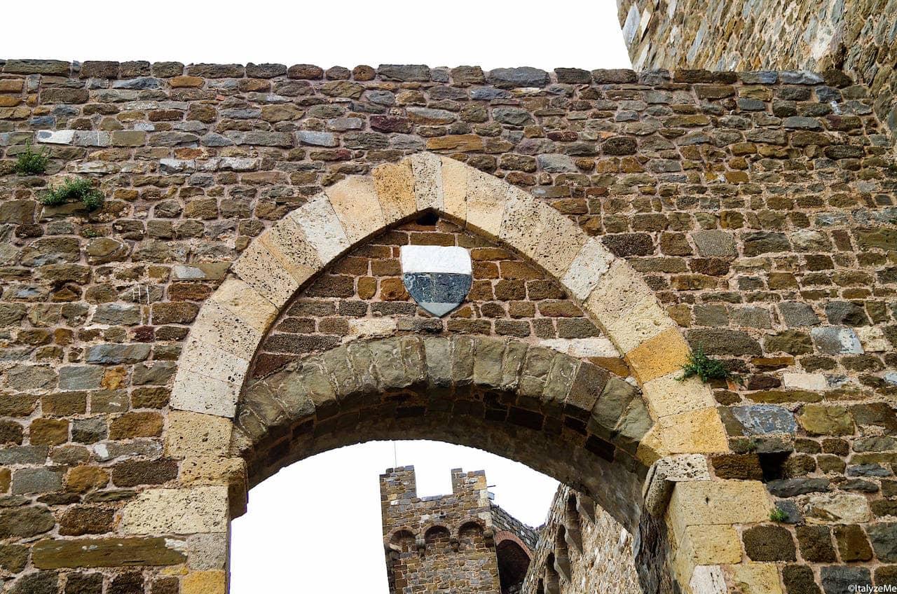 Lo stemma della balzana senese scolpito sulla porta d'ingresso nella città di Montalcino